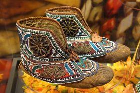 Huron_moccasins,_c._1880_-_Bata_Shoe_Museum_-_DSC00641